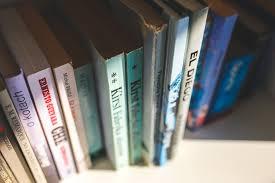 Poëzieweek. Plank met enkele boeken.